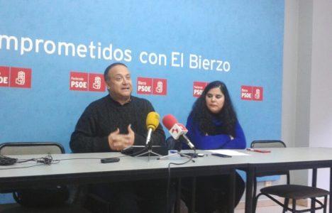La portavoz socialista de Congosto, Carmen Fernánez, y el secretario comarcal, Gerardo Álvarez Courel