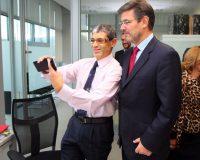 Un trabajador se hace un 'selfie' con el ministro (César Sánchez/Ical)