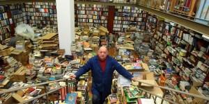Adolfo Suárez, propietario de Cajón Desastre, posa entre sus libros (C. Sánchez/Ical)