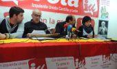 El coordinador provincial de Izuierda Unida, Santiago Ordóñez (2D), junto a Eguren Bilbao, y  Emiliano Núñez (2I)