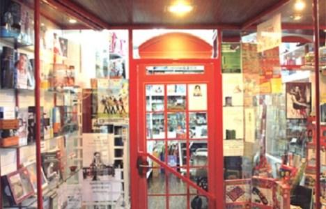 Puerta principal de la librería organizadora