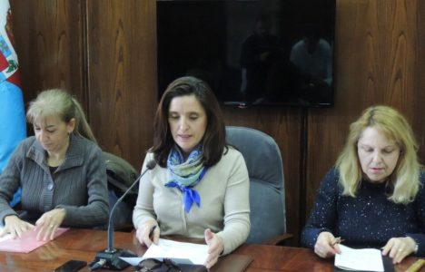 Isabel Baílez, junto a Ana López Blanco y Maria Jesús Seijas, portavoces del Consejo Municipal