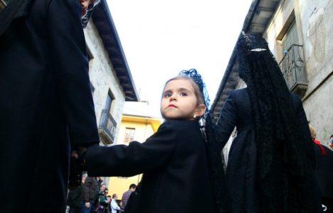 Niñas con mantilla por la calle del Reloj (C.Sánchez)