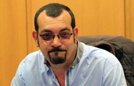 El alcalde de Camponaraya Fernando López Rellán, durante el anuncio se su dimisión