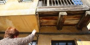 Una vecina señala el lugar donde se escondían los guerrilleros  (C. Sánchez/Ical)
