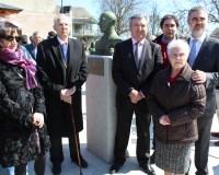 Raúl Valcarce, junto a familiares de Don Constantino, en la inauguración de la plaza que lleva su nombre