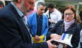 Llamazares firma un libro en presencia del concejal de Cultura (Cesar Sánchez)