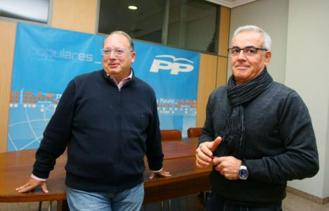 El presidente del PP, Morán junto a Elciio Fierro quién ayer epdía la dimisión del primero