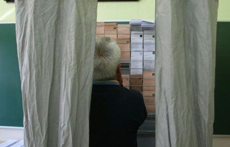 Un hombre mira las papeletas de voto, nunca tan variado como en estas elecciones (En el interior tabla con todos los datos del Bierzo) (C. Sánchez / Ical)