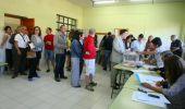 Votantes durante la jornada electoral en Ponferrada (César Sánchez / Ical)