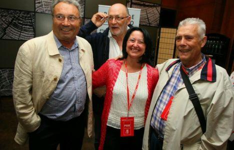 Ángela Marqués con varios históricos del partido tras conocerse los resultados (C. Sánchez / Ical)