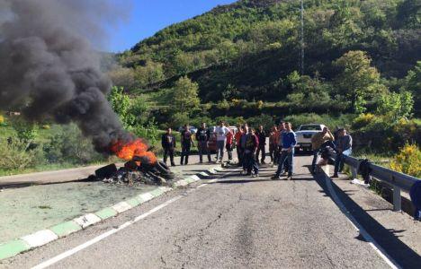 Los trabajadores cortaron la carretera en Caboalles de Arriba