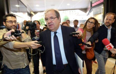 Juan Vicente Herrera entra a la sala donde se reunió con los presidentes provinciales de su partido (Rubén Cacho)