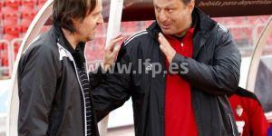Miquel Soler y Manolo Díaz se saludan antes de comenzar el partido (LFP)