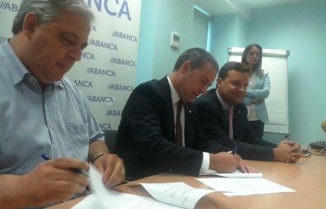El presidente de la Asociación de Empresarios, Abel Ángel Macías y el director territorial de ABANCA, Marcos Lamas durante la rúbrica