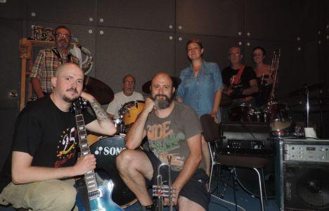 Los integrantes de la banda Smokey Blue en su local de ensayo