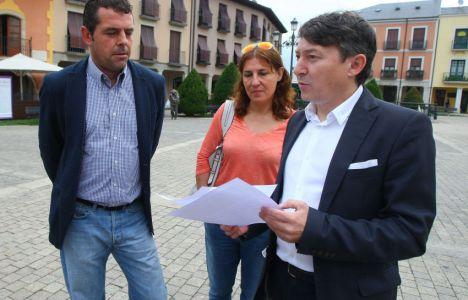 Samuel Folgueral  Javier Morán  y la concejala Cristina López, durante la comparecencia en la plaza del Ayuntamiento (César Sánchez / Ical)