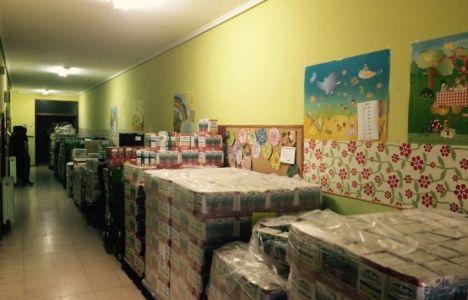 Parte de los no perecederos en uno de los almacenes que utiliza la ONG
