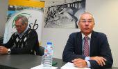 Ricardo González Mantero (D), durante la reunión con los alcaldes de las comarcas mineras (César Sánchez)