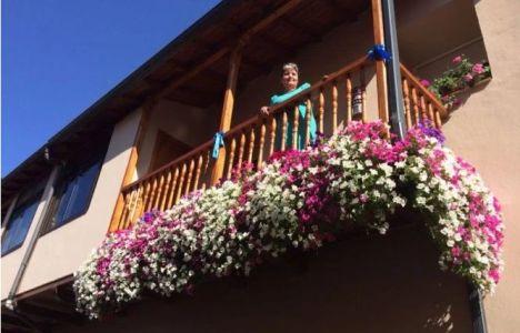 Imagen de la ganadora del concurso en el balcón premiado