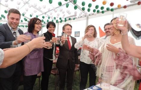 Concejales del Ayuntamiento de Ponferrada junto a miembros de la Asociación Andaluza inaugurando la caseta
