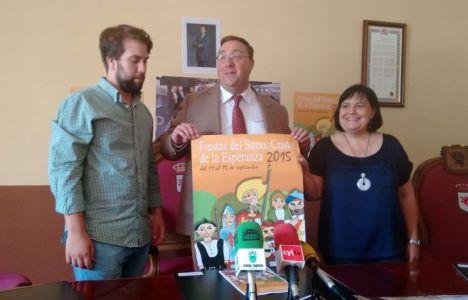 El concejal de Fiestas, el alcalde y la teniente alcalde presentando el cartel
