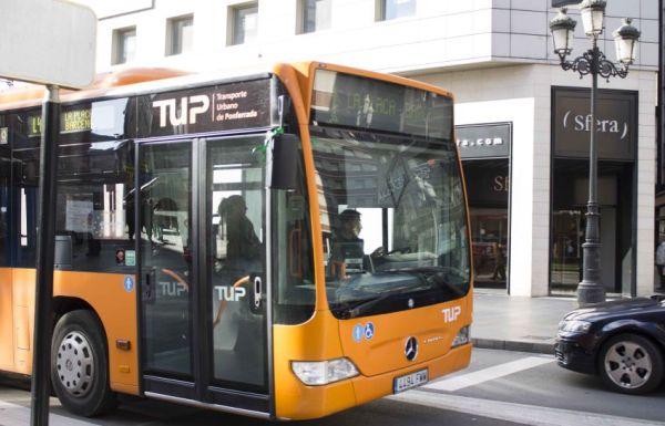 El autobús de la linea 4 a su paso por el centro de la ciudad. / N. Fernández