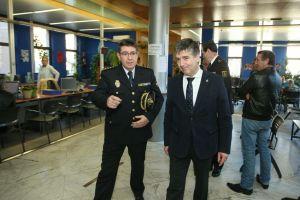 El director general del CNP, Ignacio Cosidó (D), junto al comisario jefe de Ponferrada, Ubaldo de la Torre (I), durante su visita a las dependencias de la policía nacional de Ponferrada (César Sánchez)