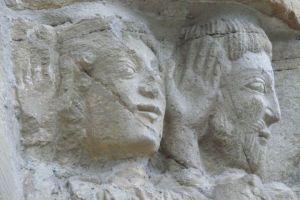 Caras en relieve en la puerta del perdon de la Iglesia de Santiago de Villafranca (Santiago Castelao)