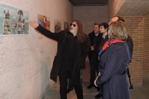 El dibujante Lolo muestra una de sus viñetas a los representantes políticos del Bierzo.