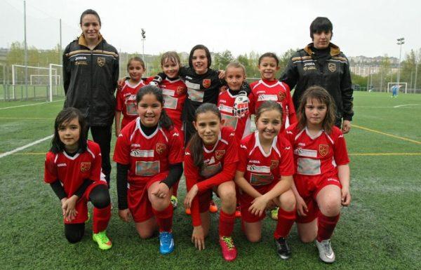 Las integrantes del equipo Ponferrada Femenino, participante en la categoría benjamín de la 2ª división provincial de León, formando momentos antes de uno de sus partidos. (Foto: César Sánchez)