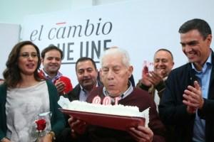 El secretario general de el PSOE, Pedro Sánchez (D), junto al militante Antonio Fernández, que recientemente ha cumplido 100 años. (Foto: César Sánchez)