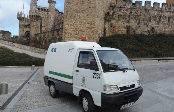 Uno de los vehículos del servicio de limpieza viaria y recogida de basuras, frente al Castillo de los Templarios. / EBD