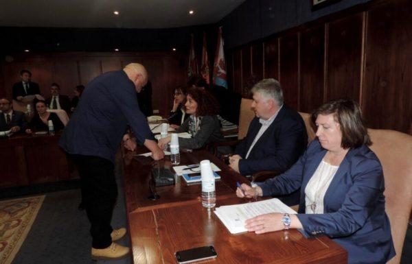 El portavoz de PeC charlando con la alcaldesa antes del comienzo del Pleno
