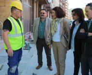 Gloria Fernández Merayo y Amparo Vidal, junto a otros miembros del Ayuntamiento, visitan a los nuevos trabajadores municipales.