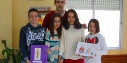 Los cuatro alumnos posan junto a su profesor de Matemáticas, como ganadores del premio de Estadística