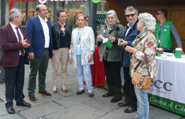 El vicepresidente de la Diputación, Francisco Castañón, acompañado por los diputados de Servicios Sociales, José Miguel Nieto y Centros Asistenciales, Manuela García, visitan la mesa de cuestación de la AECC.