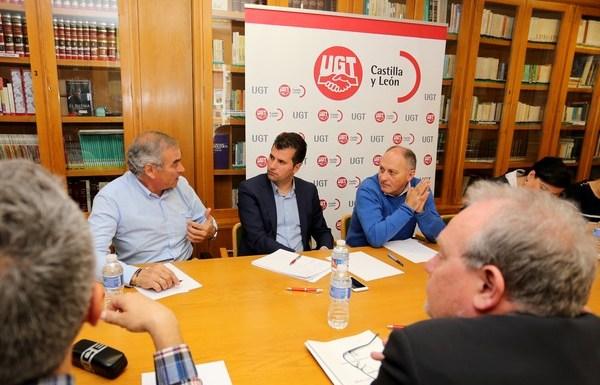 El secretario general del PSOE de Castilla y León, Luis Tudanca, y el secretario general de UGT Castilla y León, Faustino Temprano, celebran una reunión de trabajo. (Foto: Leticia Pérez)