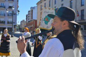 """El director del grupo folclórico """"Alegría Berciana"""", Rafael Busto, tocando en la Plaza del Ayuntamiento de Ponferrada. / QUINITO"""