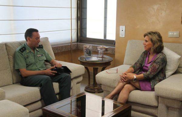 La delegada del Gobierno durante la reunión con el nuevo jefe del Sector de Tráfico de la Guardia Civil en la Comunidad.
