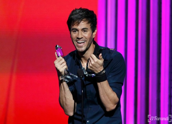Singer Enrique Iglesias accepts a pair of awards at the 2015 Latin Billboard Awards in Coral Gables, Florida April 30, 2015. REUTERS/Carlo Allegri