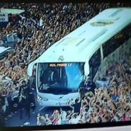 El espectacular recibimiento al autobús del Real Madrid a su llegada al estadio (video)