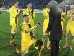 Un jugador propone matrimonio a su novia en medio del campo (Vídeo)