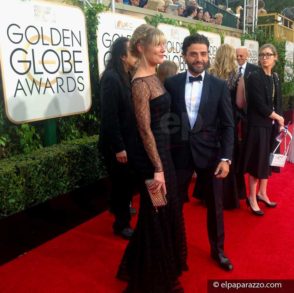 Oscar Isaac posando en la alfombra roja con la cineasta Elvira Lind, con la que se presume que tienen un romance.