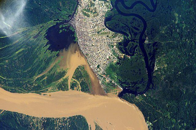 Imagen satelital de Iquitos rodeada por la selva y los meandros del Amazonas.