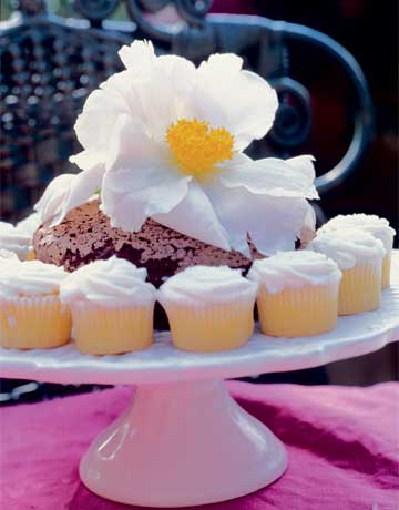 flower cupcakes de 16702033 Alfresco Glam: Outdoor Table Decoration Ideas