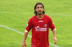 """Piermario Morosini playing for Livorno in 2012"" di it:Utente:Prof.Quatermass - Originally uploaded as it:File:Morosini Piermario.jpg. Con licenza CC BY 3.0 tramite Wikimedia Commons - http://commons.wikimedia.org/wiki/File:Piermario_Morosini_playing_for_Livorno_in_2012.jpg#/media/File:Piermario_Morosini_playing_for_Livorno_in_2012.jpg"