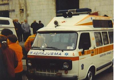 Foto 02: Fiat 238E New Life con spoiler, barra lampeggiante di stampo americano, fischio sulla cabina e bitonale sul tetto, commissionato dalla Misericordia di Pietrasanta; fuoriserie la vetratura sul rialzo, normalmente chiuso- foto AD