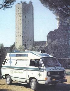 Foto 40: Volkswagen T3 alto, con tetto riportato e spoiler aereodinamico, nata come ambulanza di emergenza per la Croce Verde di Gorizia, sul finire del 1984; sembra netto il richiamo al rialzo utilizzato sul Fiat 238E fino all'anno prima - foto M.A.F.