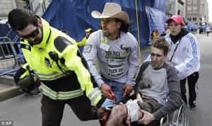 Boston, attacco terroristico. Un momento dell'evacuazione di un ferito (Foto AP)